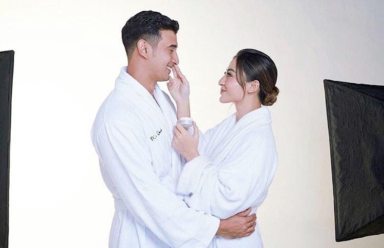pemotretan pasangan seleb pakai bathrobe © Instagram