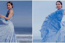 8 Gaya pemotretan Olivia Jensen di pinggir pantai, bak princess