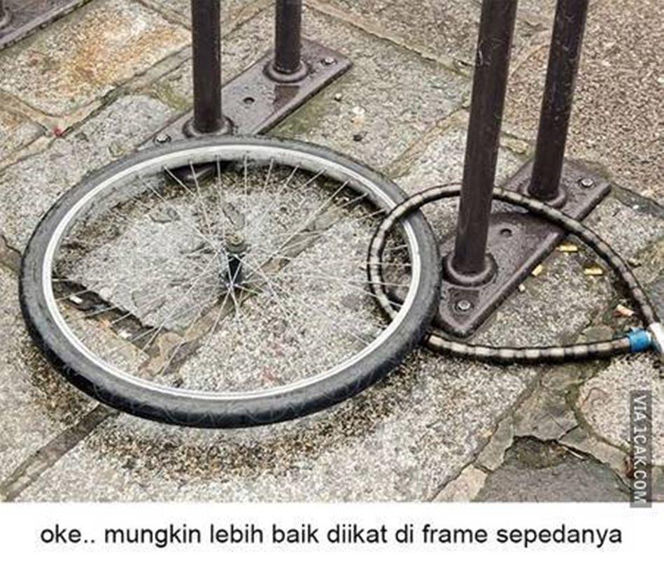 cara absurd parkir sepeda © Berbagai Sumber