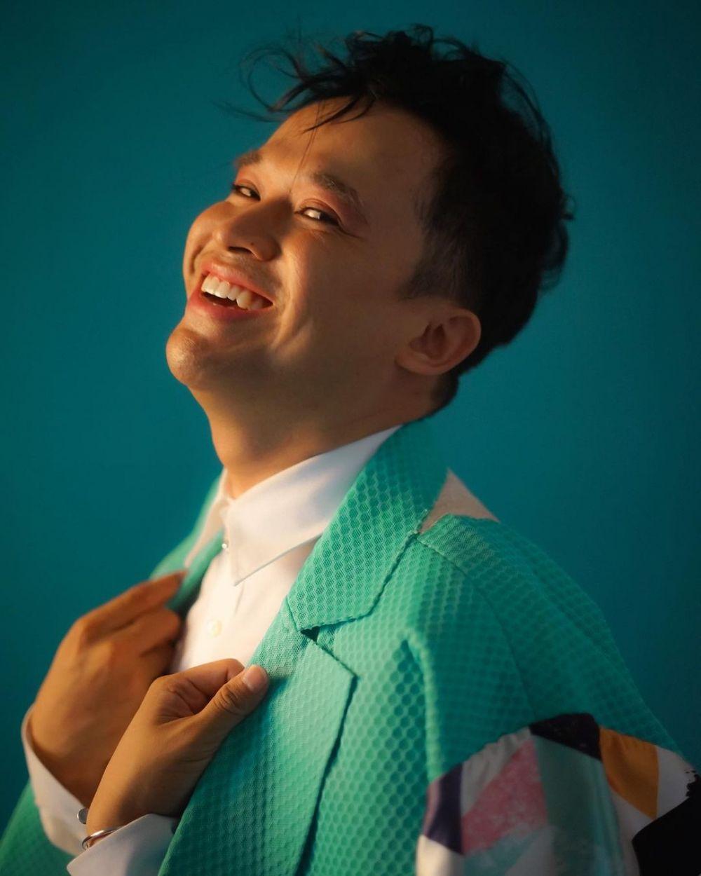 gaya Anwar Sanjaya saat pemotretan © 2021 brilio.net