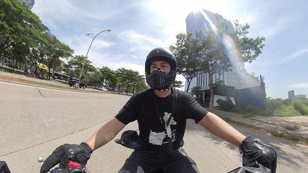 Potret Glenn Alinskie naik motor © 2021 brilio.net