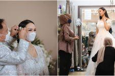 10 Momen Kalina Ocktaranny fitting baju pengantin, elegan serba putih