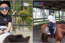 8 Momen Rafathar anak Raffi Ahmad latihan berkuda, naik kuda terbaik