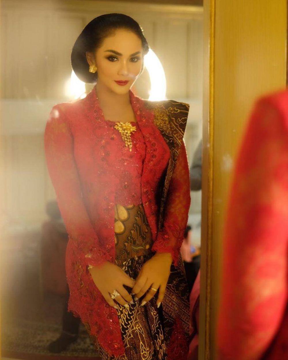 Beda gaya Krisdayanti kenakan kebaya Anne Avantie © Instagram
