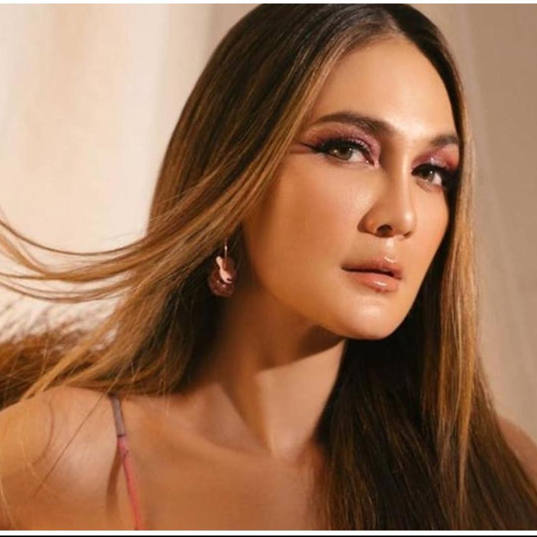8 Taksiran harga outfit Luna Maya jadi juri Indonesia's Next Top Model