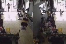 8 Momen orang tak sengaja tabrak pintu kaca, hati-hati!