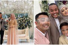 Beda gaya 7 seleb jadi MC pernikahan, Ayu Dewi tampil anggun