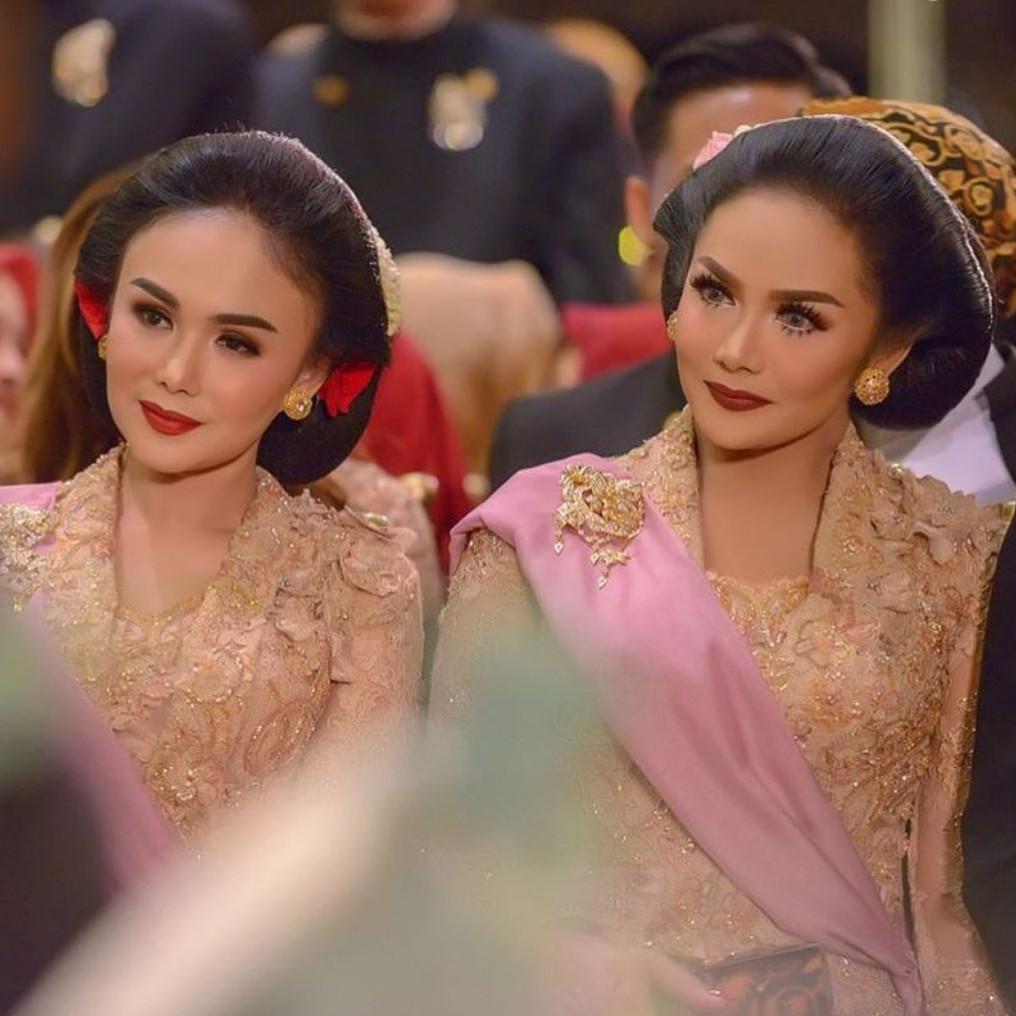 8 Potret Krisdayanti dan Yuni Shara pakai kebaya, bak kembar