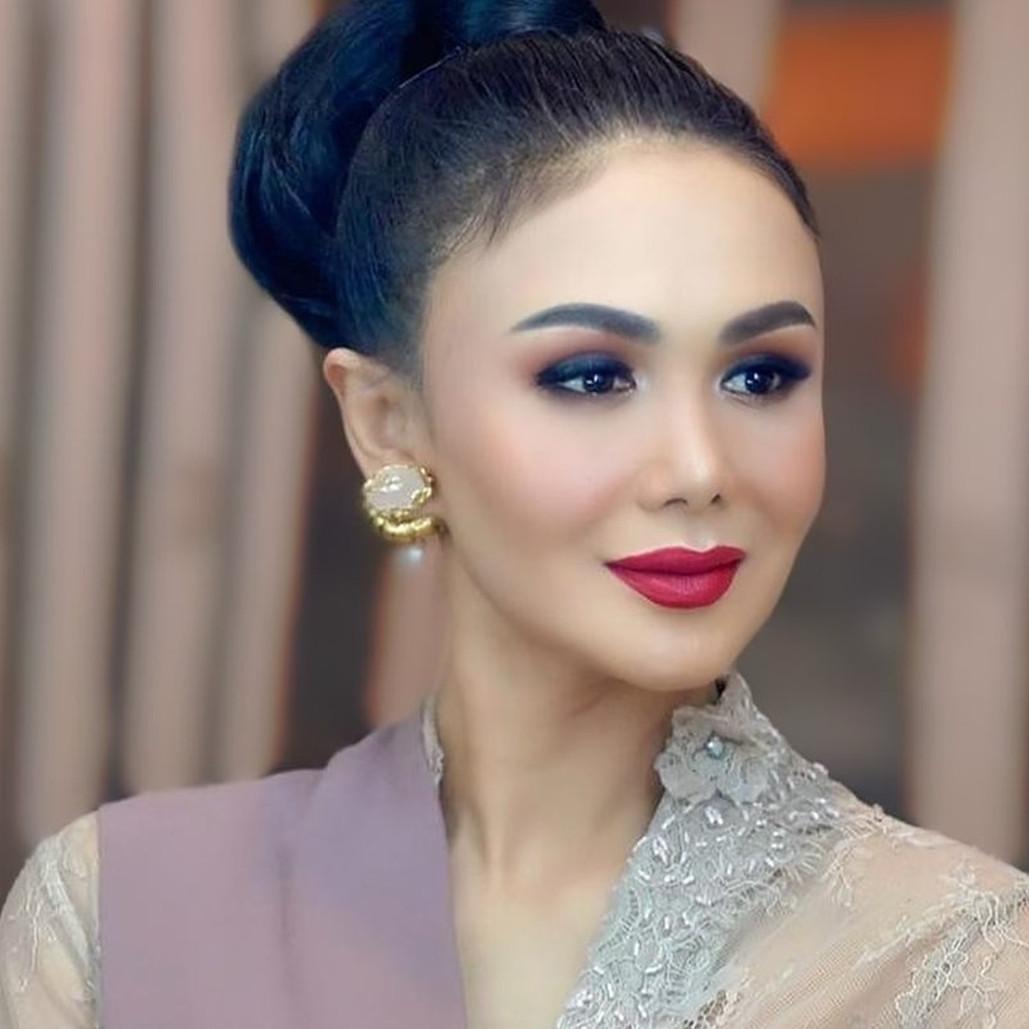 8 Pesona Yuni Shara di acara siraman Aurel, cantik bak barbie Jawa