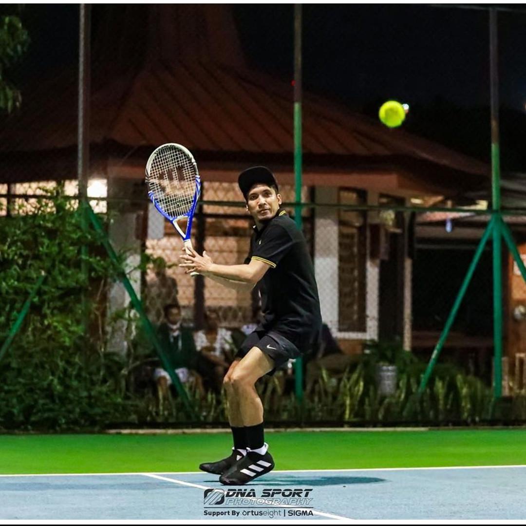 10 Potret Desta bermain tenis, gayanya bak pemain profesional