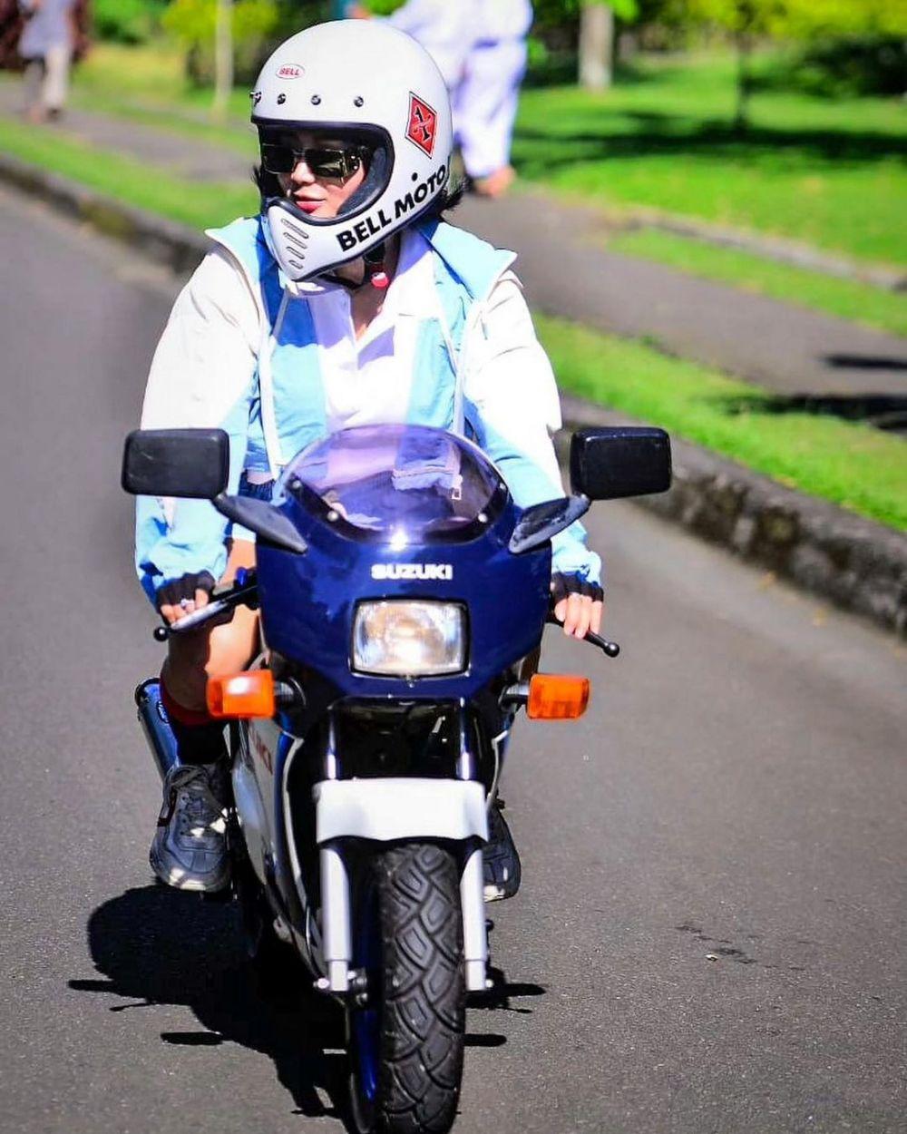 Wika Salim mengendarai motor mini © 2021 brilio.net
