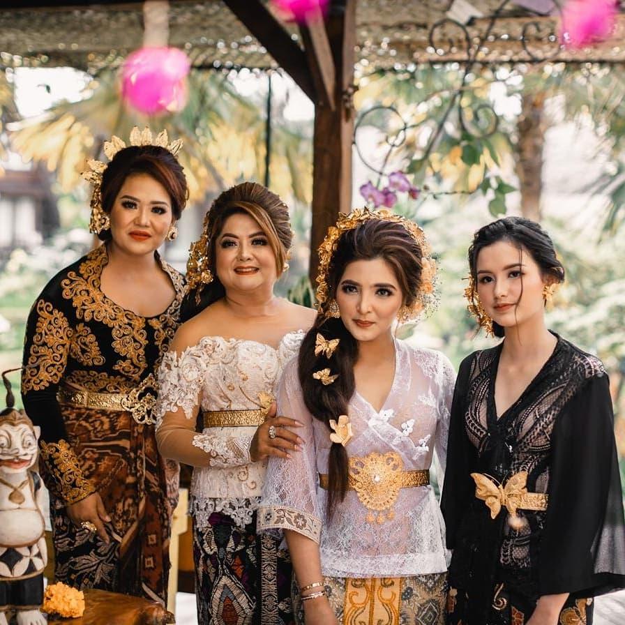 momen hangat sarah menzel dengan keluarga azriel © berbagai sumber