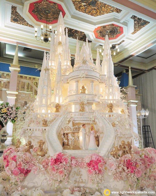 kue pernikahan bak istana © 2021 brilio.net
