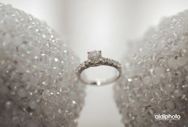 cincin kawin seleb bertabur berlian © 2021 brilio.net