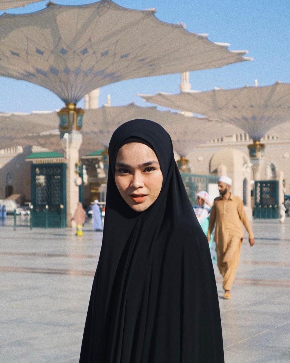10 Gaya hijab hypebeast Sivia Azizah, mana favoritmu? berbagai sumber
