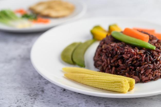 Nasi merah bisa bikin kurus © freepik.com