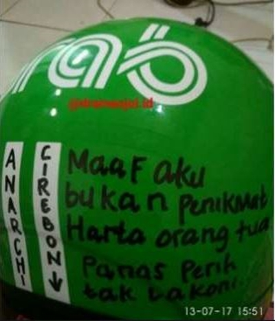 Tulisan lucu di helm driver © berbagai sumber