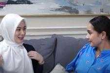 8 Momen Nagita Slavina diajari berhijab Ayana Moon, makin memesona