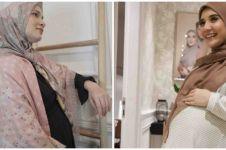 10 Inspirasi outfit berhijab ibu hamil ala seleb, bisa kamu tiru