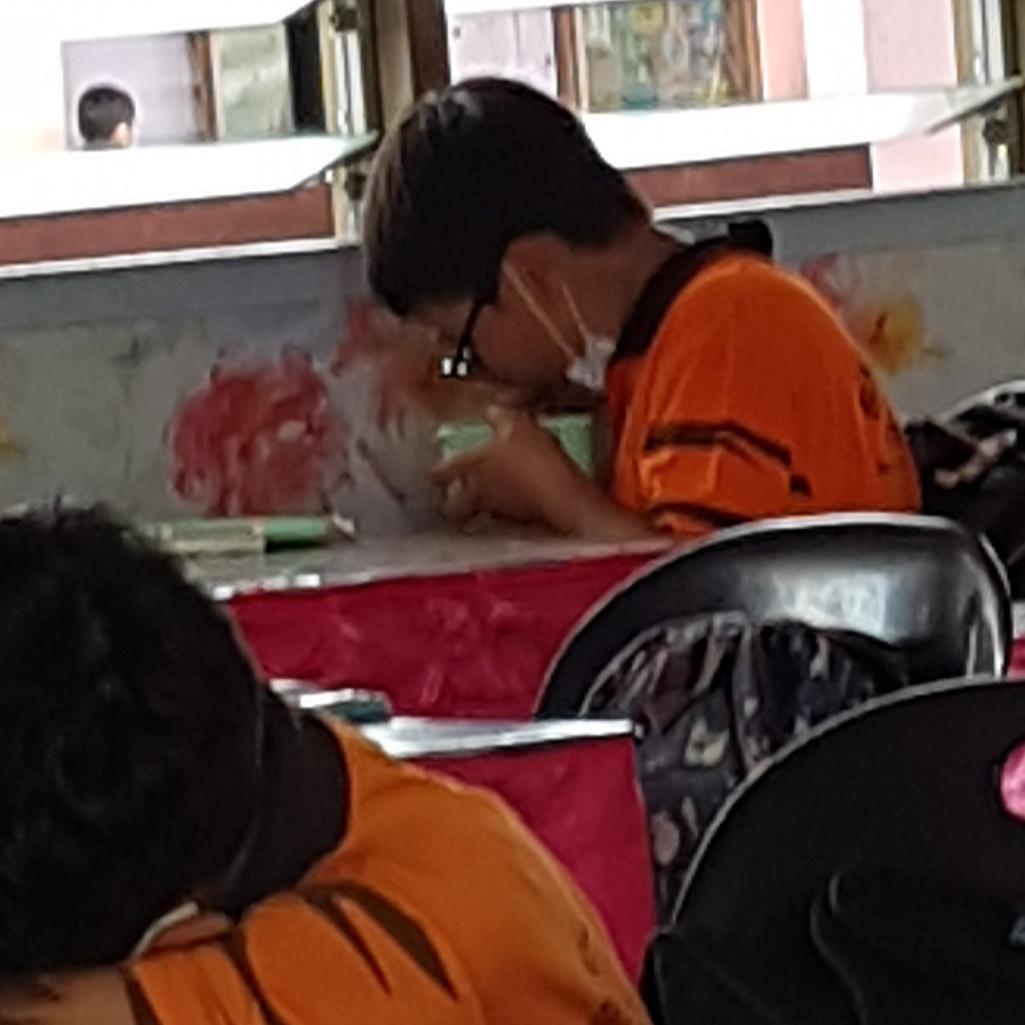 Viral siswa non muslim makan diam-diam demi hormati teman yang puasa