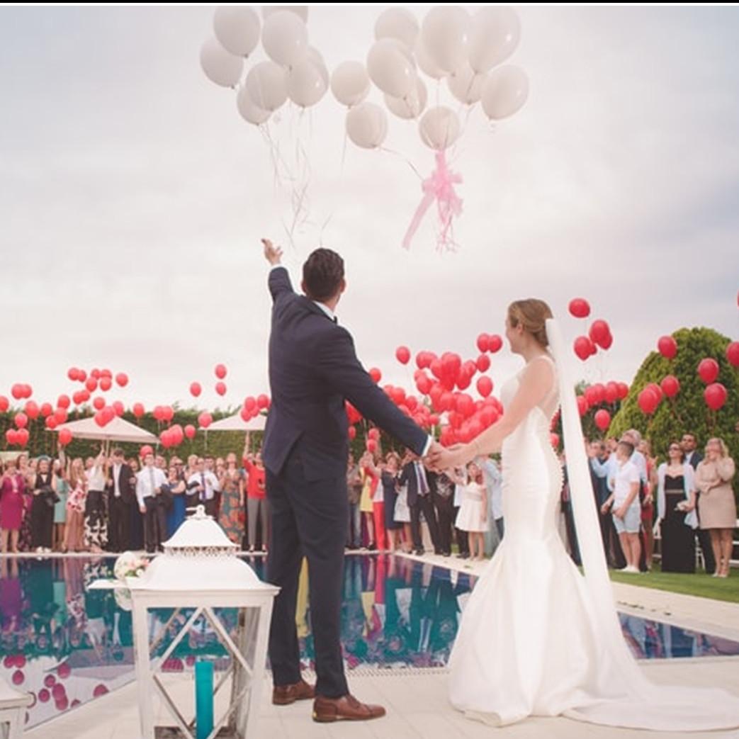 8 Pesta pernikahan orang 'terlalu kaya,' ada yang pakai gaun dari uang