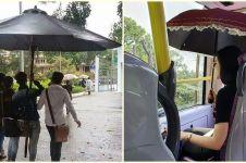 12 Potret nyeleneh orang pakai payung ini bikin senyum sendiri