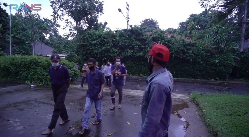 Nagita buka puasa dengan pekerja bangunan © YouTube