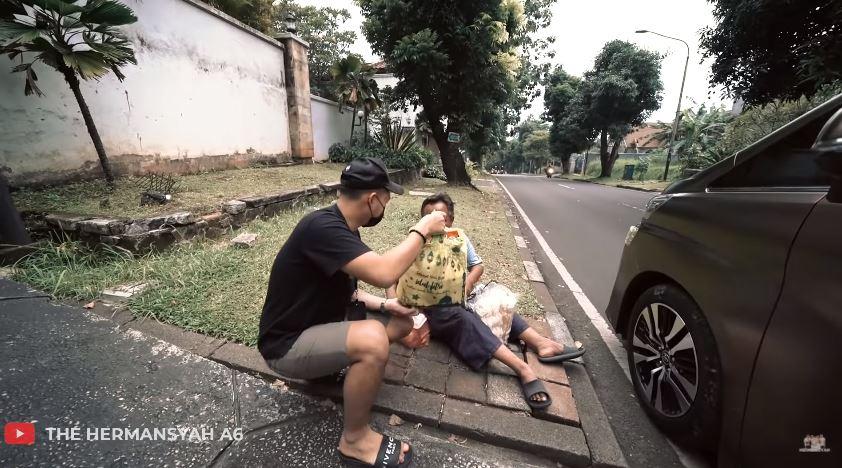 momen ashanty berbagi kepada sesama © YouTube