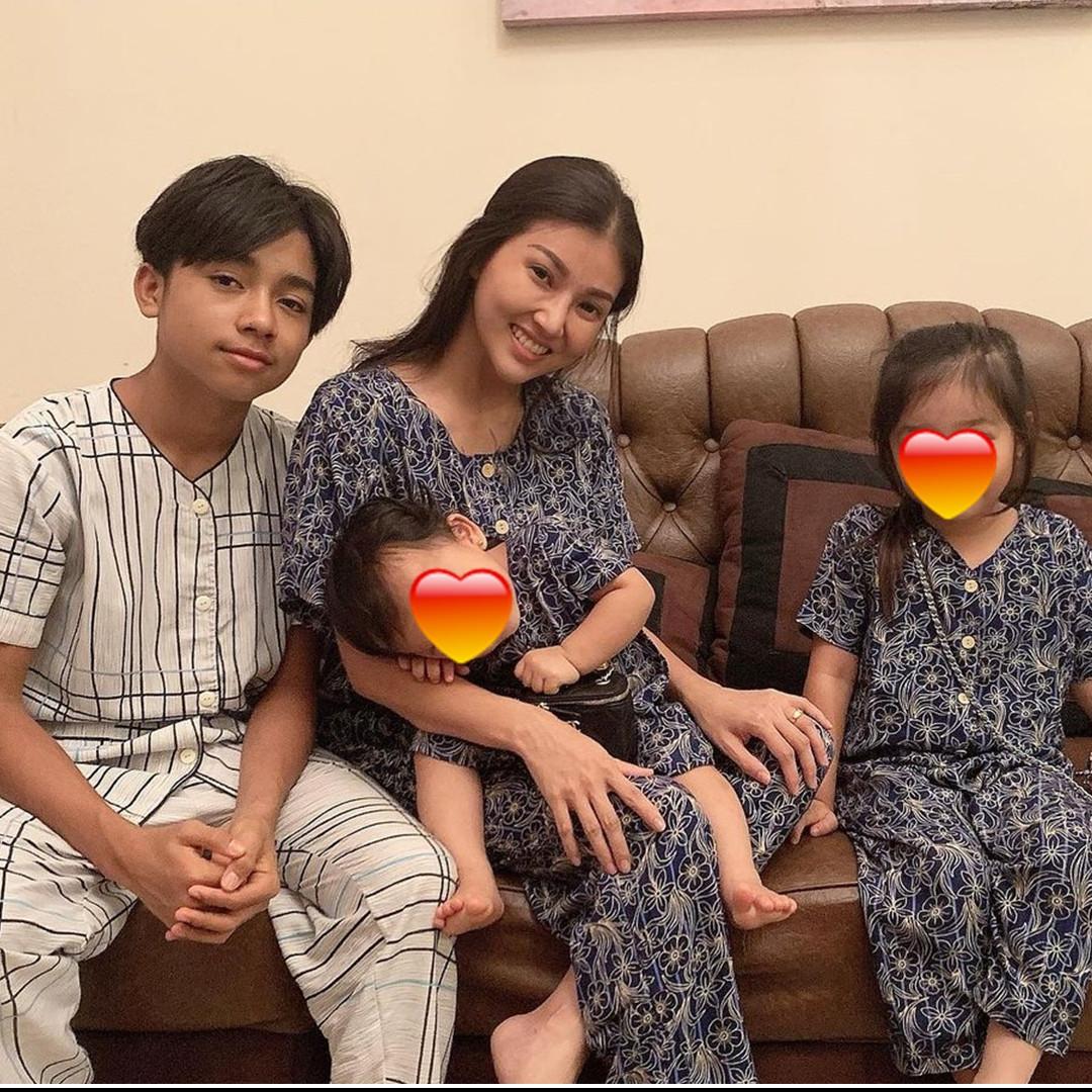 Beda gaya 7 member Cherrybelle saat momong anak, simpel tapi elegan