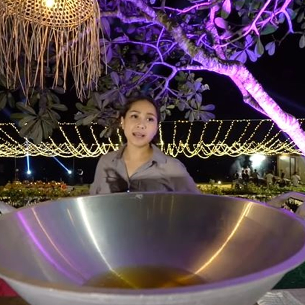 10 Potret Nagita Slavina masak sambal Bali pakai kuali besar, heboh