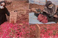 7 Momen Ria Ricis ziarah ke makam sang ayah, penuh haru