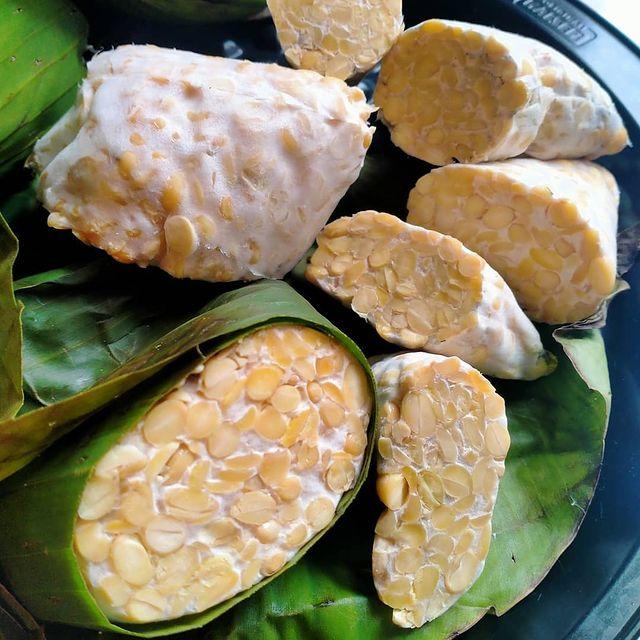 Perbedaan tempe yang dibungkus daun pisang dan plastik © berbagai sumber