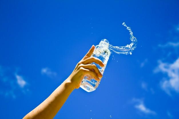 3 Perbedaan air mineral dan air putih © freepik.com