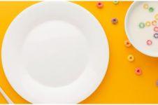 6 Cara mudah menghilangkan noda minyak di piring plastik