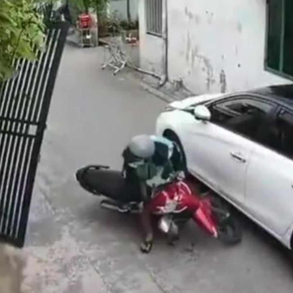 Viral video driver ojek online tolong orang yang buat dia tabrak mobil