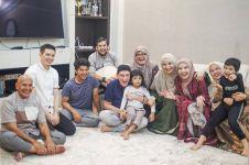 10 Momen kedekatan Zaskia Sungkar dan orang tua sambung, bikin salut