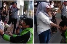 Viral aksi driver ojek online lamar kekasih di tempat umum