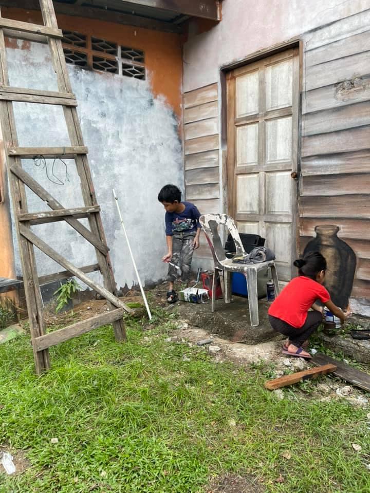 pria bikin rumah kayu © 2021 Facebook