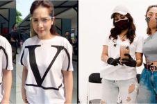 10 Beda gaya Nagita Slavina dan Ayu Ting Ting saat pakai kaus