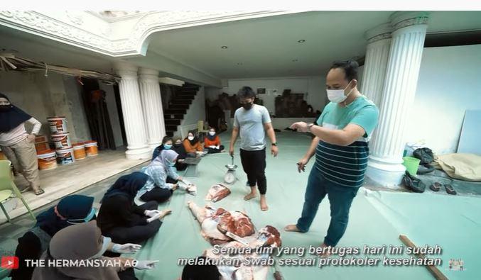 Momen Ashanty dan keluarga bagi-bagi daging © 2021 brilio.net
