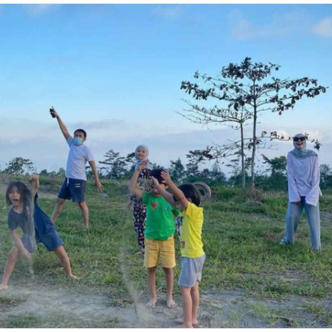 9 Potret bahagia keluarga Zaskia Mecca main di alam terbuka, sederhana