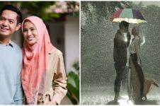 7 Potret lawas prewedding Alyssa & Dude, pose romantis di bawah hujan