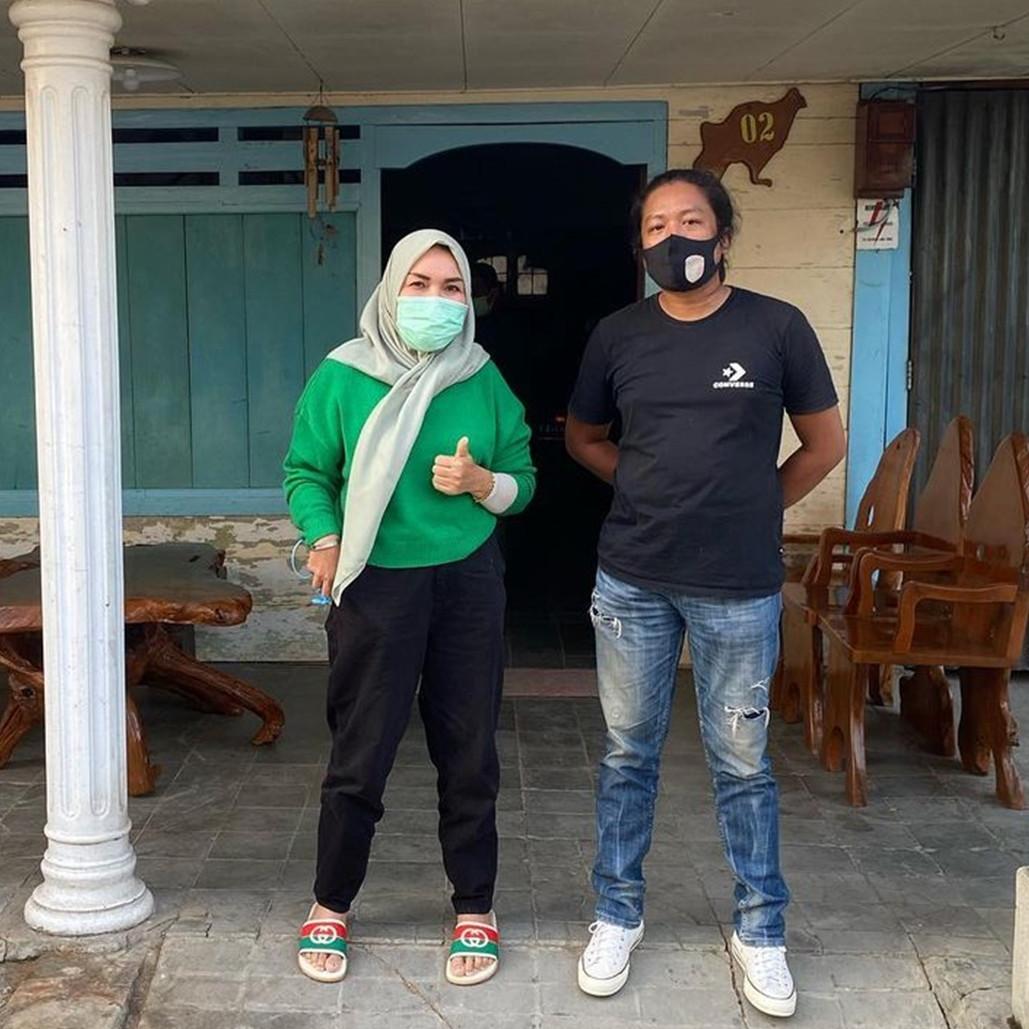 Cucu dihina, ini 7 potret orang tua Ayu Ting Ting datangi rumah haters