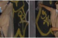 Aksi emak-emak bersihkan tembok dari vandalisme ini bikin salut