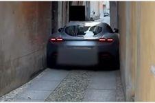 Momen apes Ferrari nyangkut di gang sempit ini bikin nangis