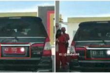 Pria ini dengan santainya ganti pelat saat isi bensin, bikin gregetan