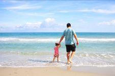 Kisah suami tetap bekerja saat temani istri & anak liburan bikin salut