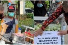 Aksi dokter borong jajanan pinggir jalan, makanannya dibagi-bagikan