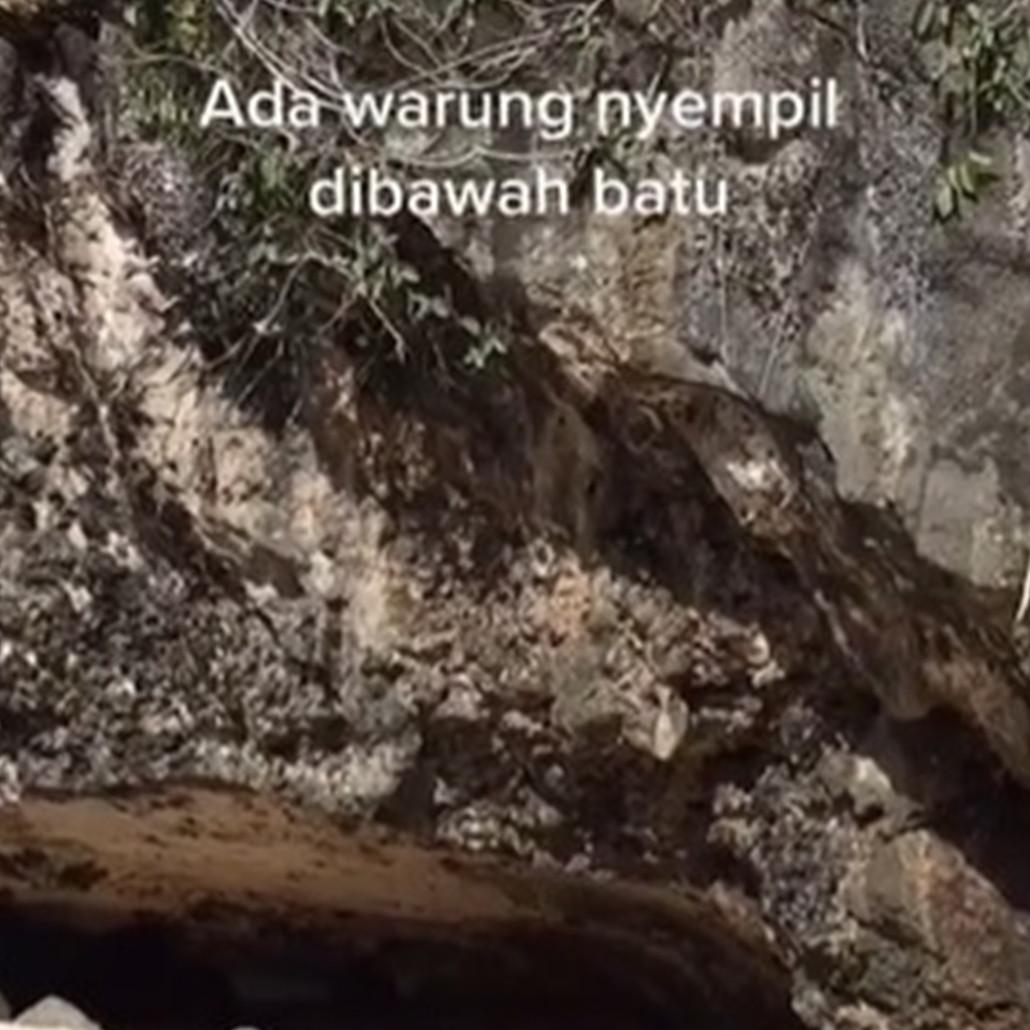 Penampakan warung di bawah batu karang ini bikin ngeri-ngeri sedap