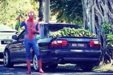 9 Potret orang pakai kostum Spider-Man ini bikin ngakak